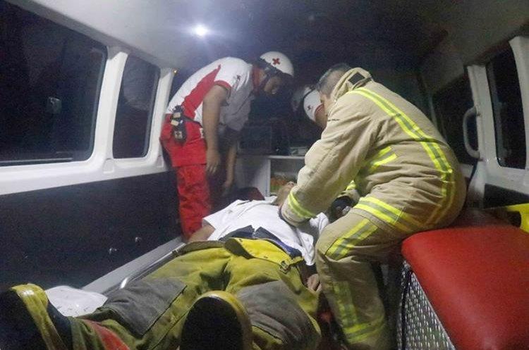 El bombero David Chávez sufrió un desmayo a causa de inhalación de humo. (Foto Prensa Libre: Rolando Miranda)