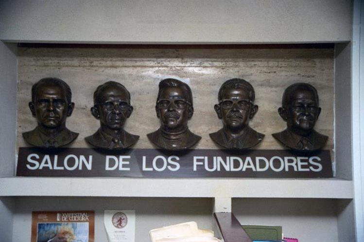 Bustos de los cinco fundadores de Prensa Libre, en la Redacción de Prensa Libre. (Foto: Hemeroteca PL)