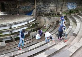 Voluntarios utilizaron escobas y productos de limpieza para retirar la basura y el polvo de la Plazuela del Marimbista de Xela. (Foto Prensa Libre: María José Longo)