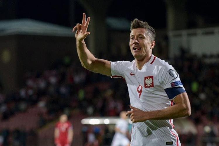Robert Lewandowski celebra uno de los tres goles que anotó en le triunfo contra Armenia en el camino a Rusia 2018. (Foto Prensa Libre: AFP).