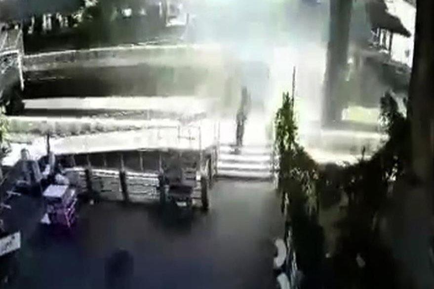 Este video muestra a personas corriendo, momentos después de la explosión en un santuario de Bangkok que dejó 20 muertos. (Foto Prensa Libre: AFP).