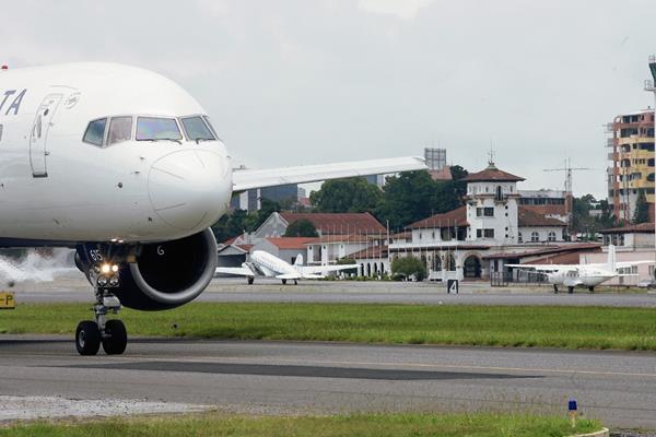 Avión con migrantes provenía de Texas, EE.UU. (Foto Prensa Libre: Hemeroteca)