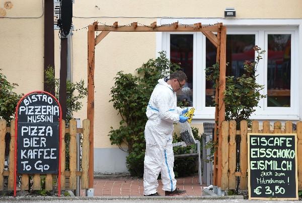 Un experto forense trabaja frente a un restaurante en Grafing, cerca de Munich.