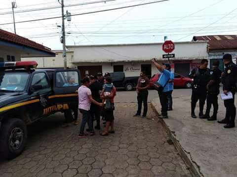 Agentes de la PNC, personeros de la PGN y PDH trasladaron a los menores al Hospital Nacional de Jutiapa y luego a un hogar de protección. (Foto Prensa Libre: PNC)