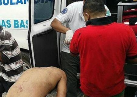 Paramédicos atienden a los supuestos ladrones agredidos en México. (Foto Prensa Libre: EFE)