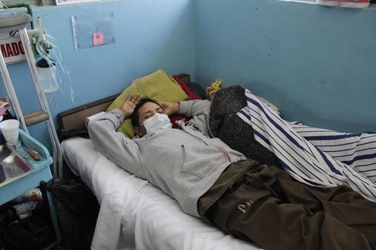 Un hombre en una camilla del hospital Rodolfo Robles de Quetzaltenango. (Foto Prensa Libre: María José Longo)