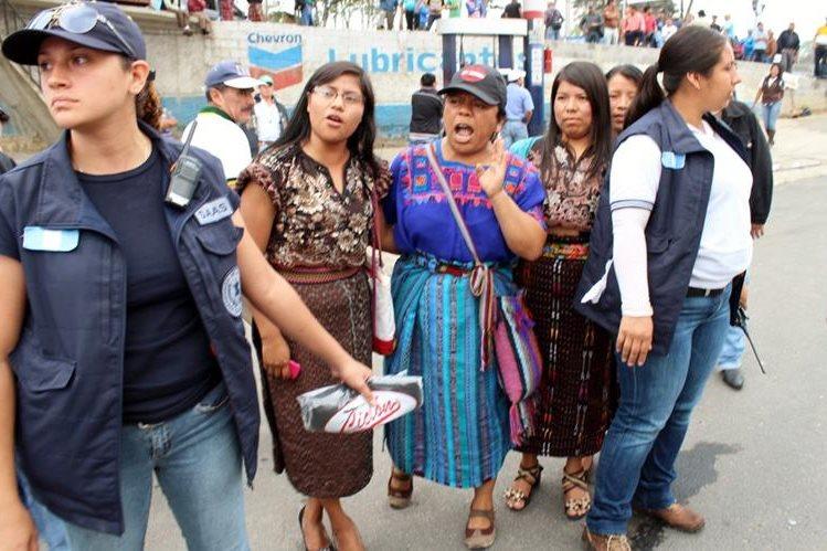 Un grupo de mujeres abuchearon al presidente Otto Pérez Molina, en Santa Cruz del Quiché, Quiché, a quien critican por el caso de corrupción en la SAT. (Foto Prensa Libre: Óscar González)