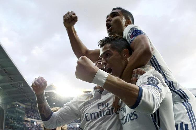 El delantero portugués del Real Madrid Cristiano Ronaldo (c) celebra su gol con sus compañeros