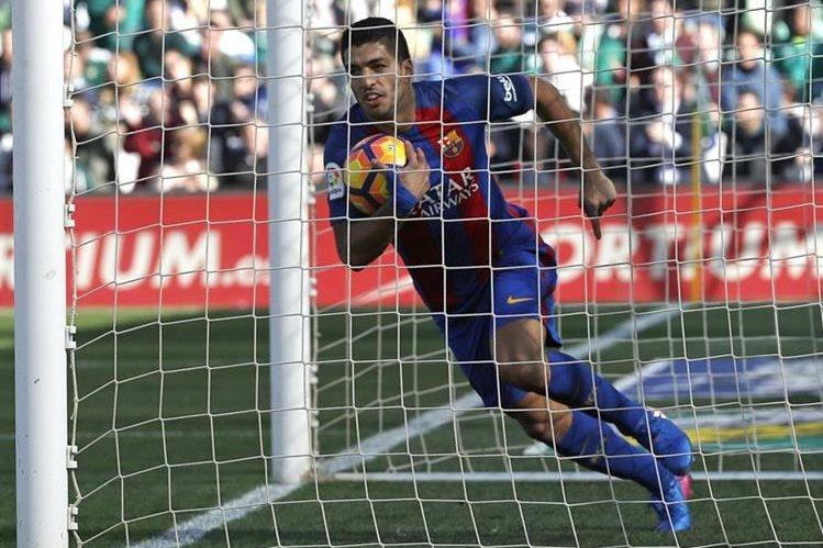 Luis Suárez y Lionel Messi evitaron que el Barcelona perdiera en el Benito Villamarín. (Foto Prensa Libre: EFE)