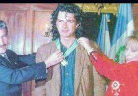 En 1993, a la edad de 30 años Ricardo Arjona, recibe la Orden Rafael Álvarez Ovalle, de manos del entonces presidente de Guatemala, Ramiro de León Carpio, y de su esposa María Eugenia de León. Foto Hemeroteca PL.