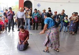 La mujer recibió seis azotes en la concha acústica del Parque La Unión. (Foto Prensa Libre: Héctor Cordero)