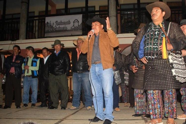 Samuel Saloj Tuiz fue electo recientemente como alcalde indígena 2017-2018. (Foto Prensa Libre: Ángel Julajuj)