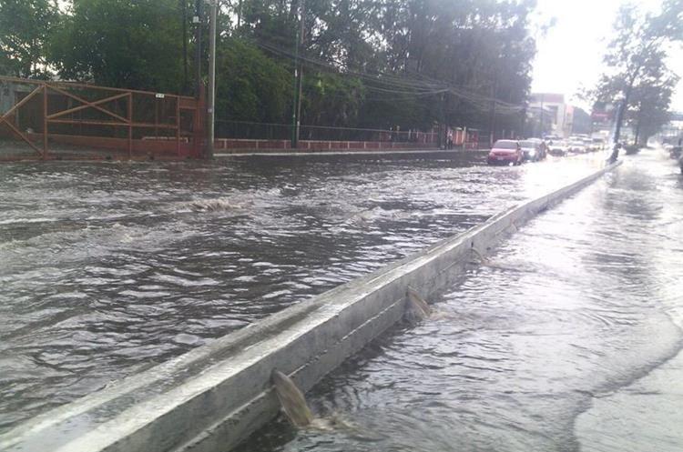 Inundación en la Aguilar Batres. Foto Prensa Libre:@SantosDalia.
