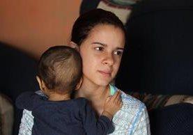 Yesenia Lobo abraza a su hijo Fabián Alessandro Santiago Lobo, quien padecía atresia biliar. (Foto Prensa Libre: Hemeroteca PL)