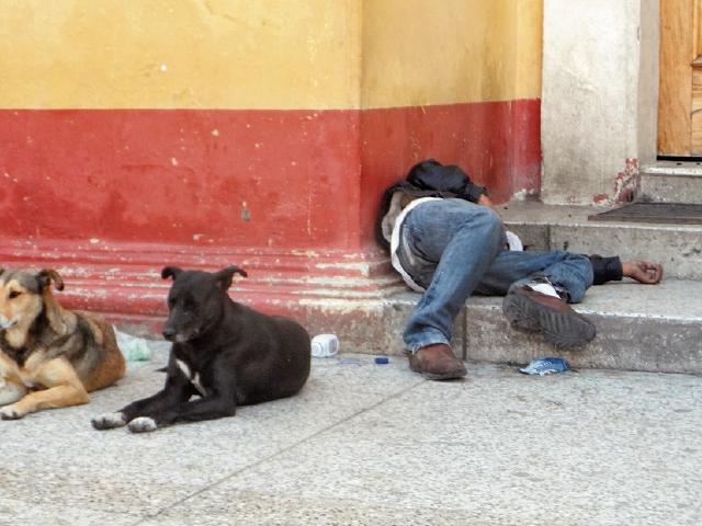 Un hombre ebrio duerme junto a la puerta de la catedral de Huehuetenango, en la zona 1. (Foto Prensa Libre: Mike Castillo)