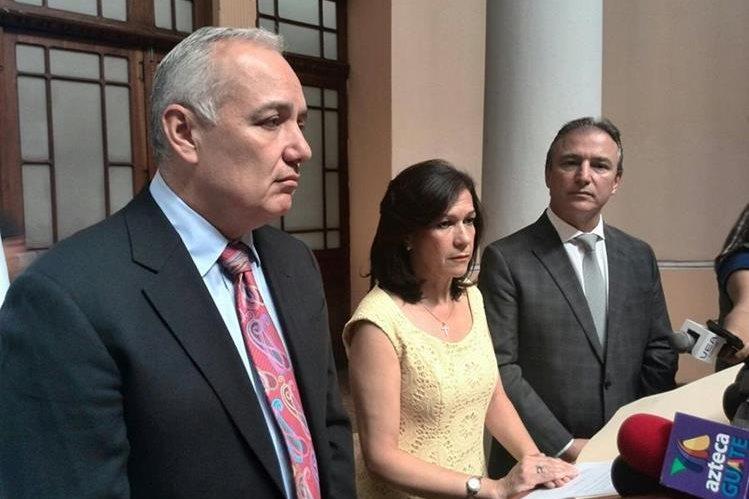 Juan Carlos Paiz, Cynthia Del Águila y Sergio De La Torre, explican los motivos de su renuncia. (Foto Prensa Libre: Estuardo Paredes)