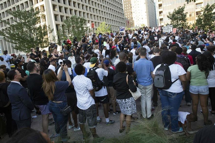 Ciudadanos se movilizan para repudiar la muerte de afrodescendientes en manos de policías. (Foto Prensa Libre: AFP)