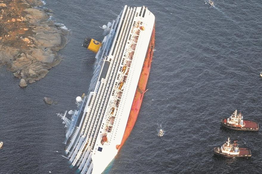Toma aérea del crucero Costa Concordia un día después del naufragio. (Foto: AP)