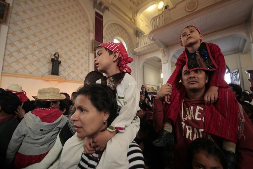 Padres de familia cumplen la tradición de presentar sus hijos al templo durante siete años (Foto Prensa Libre: Erick Ávila)