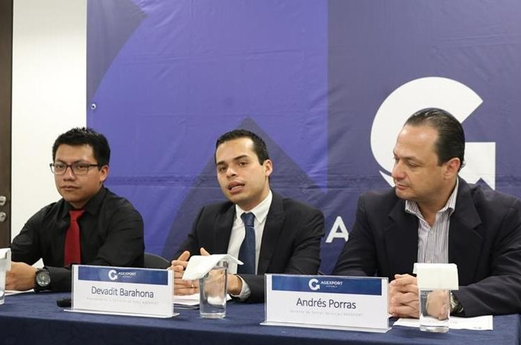 Organizadores del evento IEEEXtreme Programming y directivos de Sofex de Agexport explicaron la metodología del concurso. (Foto Prensa Libre: Cortesía)