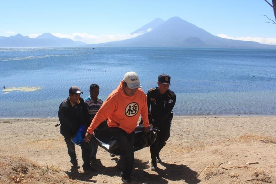 El cadáver de Olga Cumes Castro es retirado por rescatistas. (Foto Prensa Libre: Ángel Julajuj).
