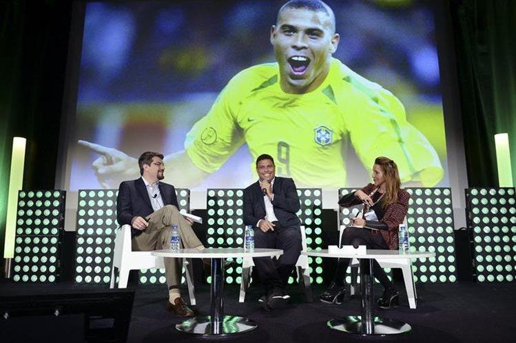 El exfutbolista brasileño Ronaldo durante una conferencia en MIPTV, la feria audiovisual que se celebra en Cannes hasta este jueves. (Foto Prensa Libre: EFE)
