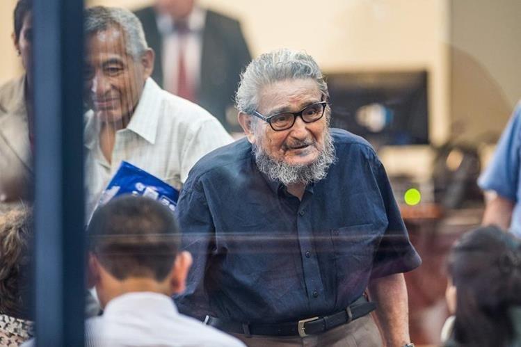 Abimael Guzmán llega al juicio en el Callao, a las afueras de Lima. (AFP).