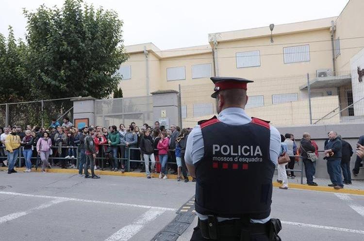 Decenas de personas hacen cola desde las 5 de la mañana ante el IES Montbui, de Santa Margarida de Montbui (Barcelona), para votar en el referéndum independentista del 1-O suspendido por el Tribunal Constitucional. (Foto Prensa Libre: EFE)