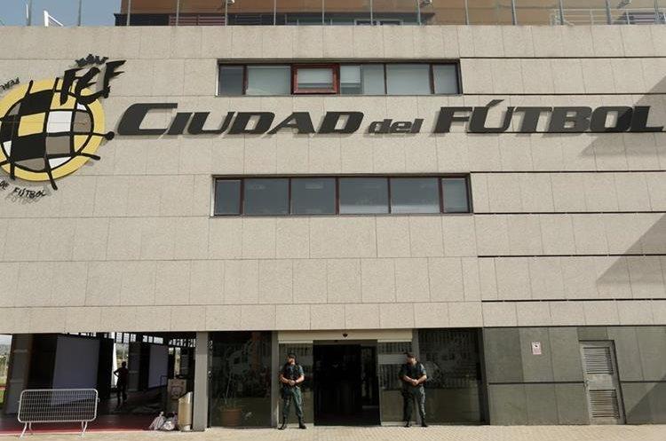 La guardia civil española custodia la sede de la Federación española de futbol. (Foto Prensa Libre: AP)