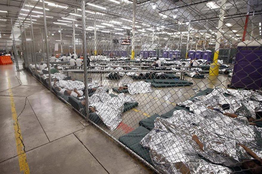 Un grupo de niño duermen en un centro de denteción de Nogales, Arizona.(Foto Prensa LIbre:EFE)