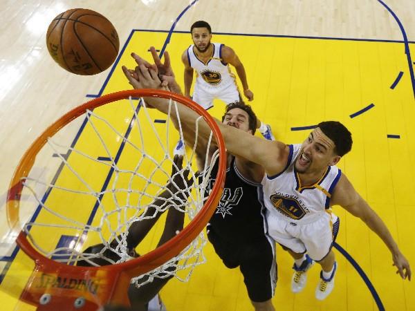 Warriors mostró su poder contra los Spurs en el segundo partido de la serie de las finales de la Conferencia Oeste. (Foto Prensa Libre: EFE).