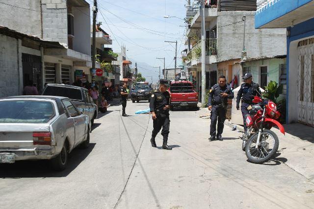 Agentes de la PNC protegen escena del crimen de Jiménez, en la zona 12 de Villa Nueva. (Foto Prensa Libre: Erick Ávila)