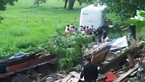 Vivienda queda destruida por autobús en Lívingston, Izabal. (Foto Prensa Libre: Dony Stewart)