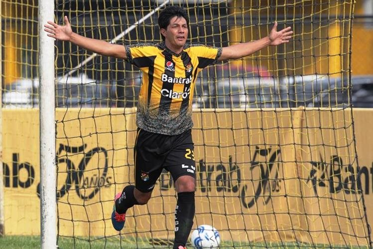 Jorge Estrada consiguió un doblete en el juego de Aurora contra Huehueteco. (Foto Prensa Libre: Norvin Mendoza)
