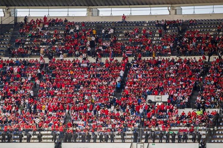Unos siete mil aficionados de Costa Rica llegaron a México para ver el partido en el estadio Azteca. (Foto Prensa Libre: Twitter Ricardo Flores)