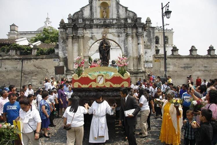 Una procesión con la imagen del Santo Hermano Pedro recorre las calles de Antigua Guatemala. (Foto Prensa Libre: Renato Melgar)