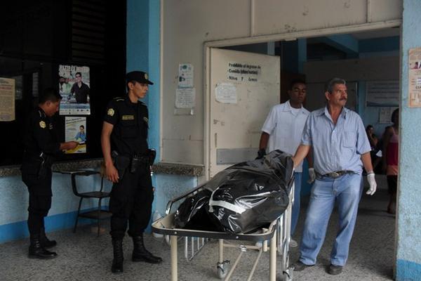<p>Cadáver de Gorgoneo Pérez Martínez es retirado de la morgue. (Foto Prensa Libre: Edwin Paxtor)<br></p>