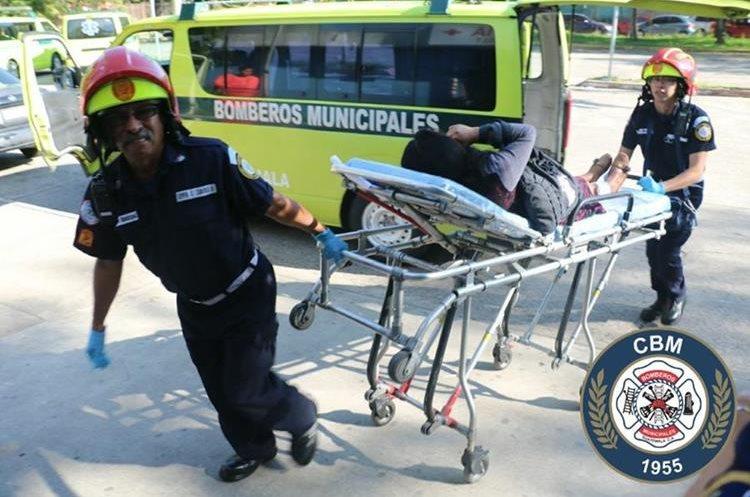 Una de las pasajeras heridas cuando fue ingresada a la emergencia del Hospital Roosevelt. (Foto Prensa Libre: CBM)