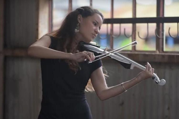 Caitlin De Ville interpreta la canción Despacito en violín eléctrico. (Foto Prensa Libre: YouTube)