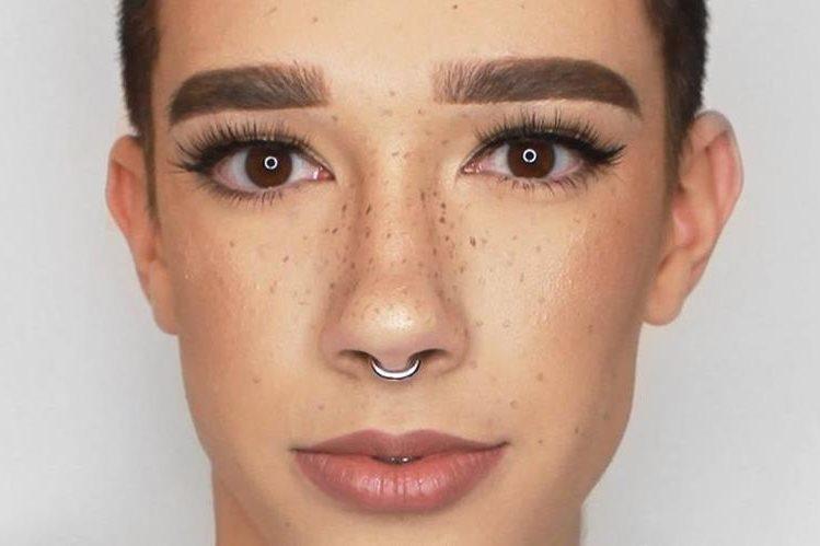 A James Charles le gusta experimentar con productos de maquillaje.