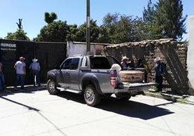 El cadáver de Jorge Luis García López es retirado de la morgue de la cabecera de Jalapa. (Foto Prensa Libre: Hugo Oliva).