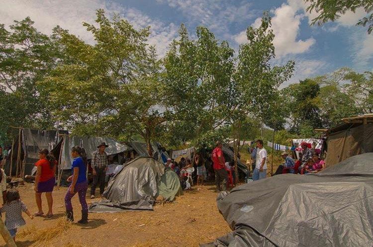 Entre las familias hay más de 100 niños en edad escolar. (Foto Prensa Libre: Rigoberto Escobar)