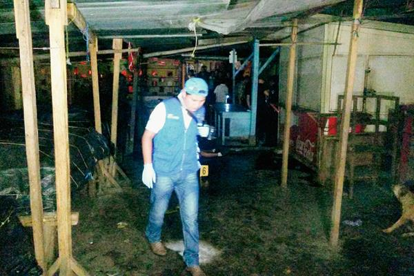 En el  interior del mercado municipal de Colomba, Quetzaltenango, quedó el cadáver de un agente de la PNC, atacado a balazos. (Foto Prensa Libre: Alexánder Coyoy)