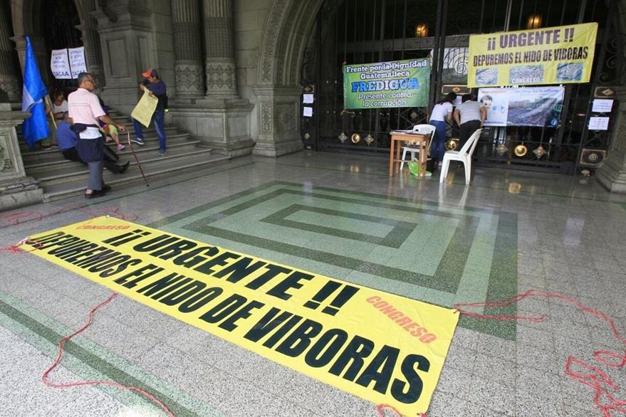 Cientos de guatemaltecos de nuevo convocaron a una manifestación en contra del gobierno. (Foto Prensa Libre: Paulo Raquec)