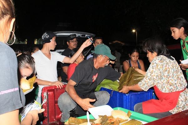 <p>Los miembros del grupo repartieron 300 tamales en hospitales e indigentes de la calle. (Foto Prensa Libre: Melvin Sandoval)<br></p>