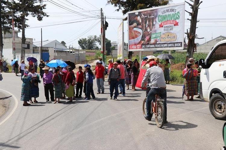 Unas cien personas del CUC bloquearon el km 165 en Quiché. (Foto Prensa Libre: Héctor Cordero)