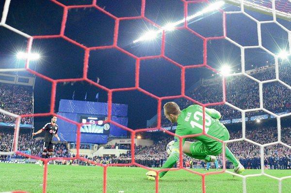 El portero del Atlético de Madrid, Jan Oblak al momento de detener el penalti del Bayer Leverkusen en el partido de vuelta de los octavos de final de la Champions League. (Foto Prensa Libre: AFP)