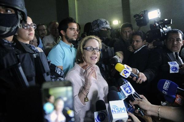 Ex primera dama salvadoreña Lourdes de Flores declara a la Prensa.