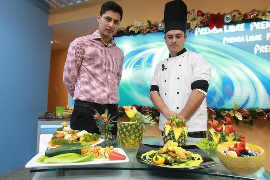 Guillermo Castillo y el chef Héctor Aldana mostraron en el programa El Consultorio la preparación de recetas saludables para la época navide–ña.