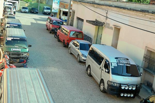 En Zacapa  no circularon microbuses este martes, porque los pilotos exigen a la municipalidad mayores controles. (Foto Prensa Libre: Víctor Gómez)